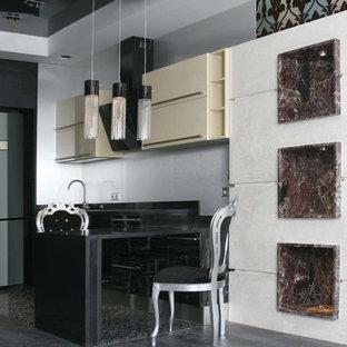 モスクワの小さいエクレクティックスタイルのおしゃれなキッチン (ドロップインシンク、フラットパネル扉のキャビネット、濃色木目調キャビネット、大理石カウンター、メタリックのキッチンパネル、黒い調理設備、磁器タイルの床、アイランドなし、黒い床) の写真
