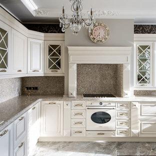На фото: кухни в классическом стиле с накладной раковиной, фасадами с выступающей филенкой, белыми фасадами, белой техникой, серым полом и серой столешницей