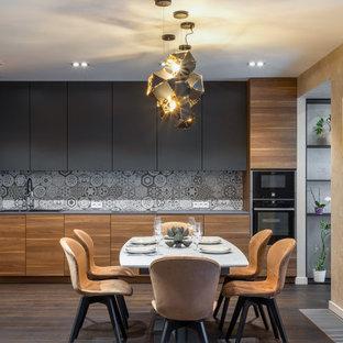 Пример оригинального дизайна: угловая кухня среднего размера в современном стиле с обеденным столом, плоскими фасадами, светлыми деревянными фасадами, столешницей из кварцита, серым фартуком, фартуком из керамической плитки, темным паркетным полом, коричневым полом, серой столешницей, черной техникой и двойной раковиной без острова