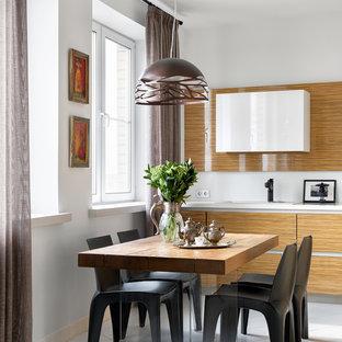 Новый формат декора квартиры: кухня в современном стиле с обеденным столом, накладной раковиной, плоскими фасадами, белым полом, белой столешницей и светлыми деревянными фасадами