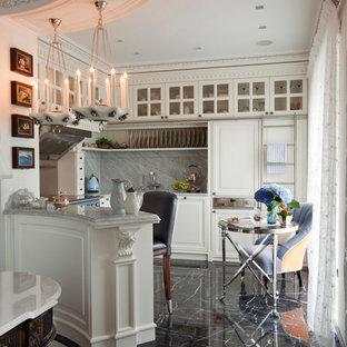Пример оригинального дизайна: п-образная кухня в стиле современная классика с фасадами с выступающей филенкой, белыми фасадами, серым фартуком, полуостровом и черным полом