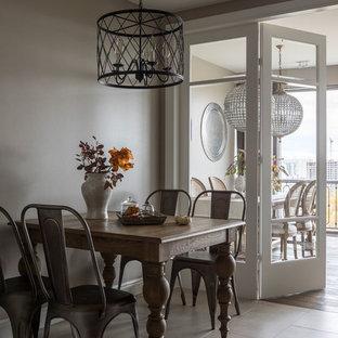 Новый формат декора квартиры: большая кухня в классическом стиле с полом из керамогранита и серым полом