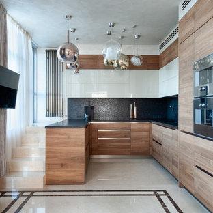 Пример оригинального дизайна: п-образная кухня среднего размера в современном стиле с черным фартуком и черной столешницей без острова