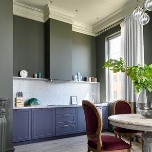 Неиссякаемый источник вдохновения для домашнего уюта: прямая кухня-гостиная в стиле современная классика с синими фасадами, серым фартуком, светлым паркетным полом, бежевым полом и серой столешницей без острова