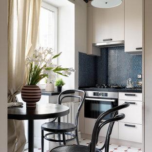 Свежая идея для дизайна: маленькая угловая кухня в современном стиле с врезной раковиной, столешницей из кварцевого агломерата, синим фартуком, фартуком из плитки мозаики, техникой из нержавеющей стали, полом из керамической плитки, белым полом, черной столешницей, обеденным столом, плоскими фасадами и бежевыми фасадами без острова - отличное фото интерьера