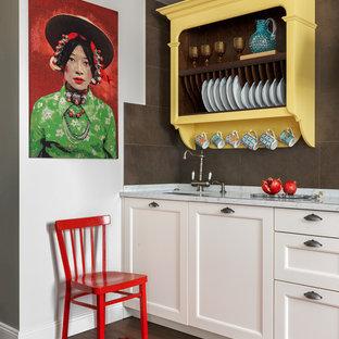 Неиссякаемый источник вдохновения для домашнего уюта: прямая кухня в стиле современная классика с врезной раковиной, фасадами с утопленной филенкой, белыми фасадами, коричневым фартуком, коричневым полом и белой столешницей без острова
