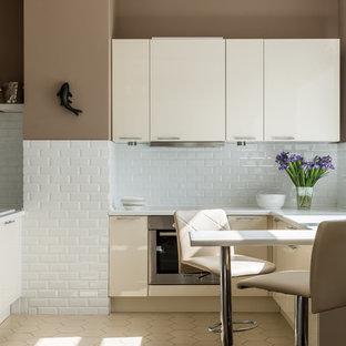 Стильный дизайн: угловая кухня в современном стиле с плоскими фасадами, бежевыми фасадами, белым фартуком, фартуком из плитки кабанчик, техникой из нержавеющей стали, бежевым полом, белой столешницей и полуостровом - последний тренд