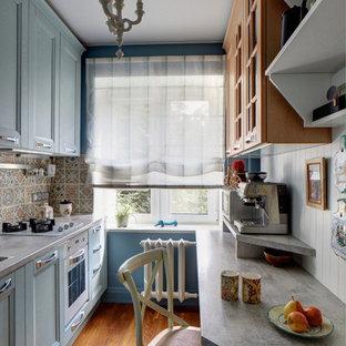 Выдающиеся фото от архитекторов и дизайнеров интерьера: маленькая отдельная, параллельная кухня в современном стиле с накладной раковиной, столешницей из ламината, разноцветным фартуком, фартуком из керамической плитки, белой техникой, паркетным полом среднего тона, фасадами в стиле шейкер и синими фасадами без острова