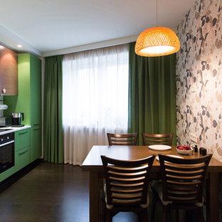 Идея дизайна: отдельная, линейная кухня среднего размера с плоскими фасадами, зелеными фасадами, столешницей из кварцевого агломерата, черной техникой и темным паркетным полом без острова