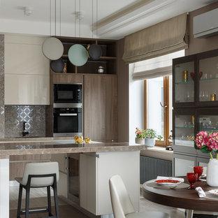 Свежая идея для дизайна: угловая кухня в современном стиле с островом, обеденным столом, плоскими фасадами, бежевыми фасадами, фартуком цвета металлик, фартуком из металлической плитки, черной техникой, коричневой столешницей, темным паркетным полом и коричневым полом - отличное фото интерьера