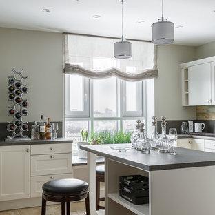 На фото: кухня в стиле современная классика с фасадами в стиле шейкер, белыми фасадами, темным паркетным полом, островом и серой столешницей с