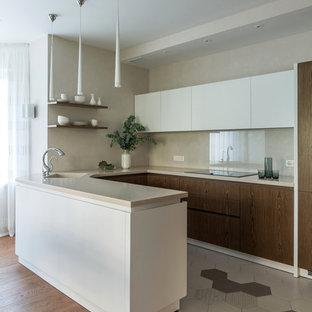 Удачное сочетание для дизайна помещения: п-образная кухня-гостиная среднего размера в современном стиле с монолитной раковиной, плоскими фасадами, бежевым фартуком и полуостровом - самое интересное для вас