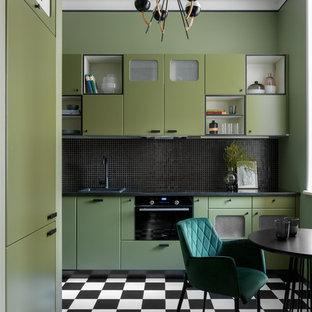 Exempel på ett avskilt, litet eklektiskt svart svart kök, med släta luckor, gröna skåp, granitbänkskiva, svart stänkskydd, stänkskydd i mosaik, svarta vitvaror, klinkergolv i porslin, en nedsänkt diskho och flerfärgat golv