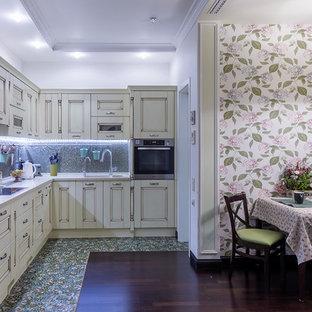 モスクワの中サイズのエクレクティックスタイルのおしゃれなキッチン (一体型シンク、落し込みパネル扉のキャビネット、ベージュのキャビネット、人工大理石カウンター、モザイクタイルのキッチンパネル、シルバーの調理設備の、濃色無垢フローリング、アイランドなし、黒い床) の写真