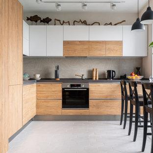 Создайте стильный интерьер: маленькая п-образная кухня в современном стиле с столешницей из акрилового камня, фартуком из керамогранитной плитки, техникой из нержавеющей стали, полом из керамической плитки, белым полом, коричневой столешницей, серым фартуком, плоскими фасадами и фасадами цвета дерева среднего тона без острова - последний тренд