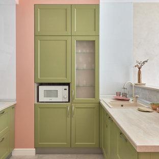 Свежая идея для дизайна: п-образная кухня-гостиная в скандинавском стиле с накладной раковиной, фасадами в стиле шейкер, зелеными фасадами, полуостровом, бежевым полом и бежевой столешницей - отличное фото интерьера