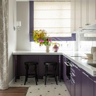 Стильный дизайн: маленькая угловая кухня в стиле современная классика с врезной раковиной, плоскими фасадами, фиолетовыми фасадами, полуостровом, бежевым полом и белой столешницей - последний тренд