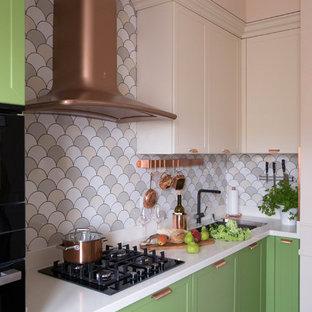 На фото: со средним бюджетом угловые кухни среднего размера в стиле современная классика с зелеными фасадами, разноцветным фартуком, фартуком из керамической плитки, полом из керамической плитки, разноцветным полом, белой столешницей, одинарной раковиной и фасадами в стиле шейкер без острова