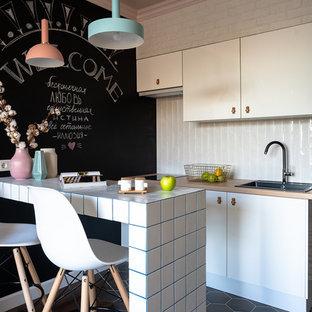 На фото: кухни-гостиные в морском стиле с накладной раковиной, плоскими фасадами, белыми фасадами, белым фартуком, бежевой столешницей, столешницей из дерева, полуостровом и разноцветным полом