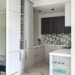 Пример оригинального дизайна: п-образная кухня в современном стиле с серыми фасадами, серым полом, белой столешницей, одинарной раковиной, плоскими фасадами и разноцветным фартуком