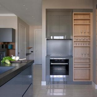Exempel på ett mellanstort modernt svart svart kök, med släta luckor, grå skåp, grått stänkskydd, stänkskydd i porslinskakel, svarta vitvaror, marmorgolv, en halv köksö, beiget golv, en nedsänkt diskho och granitbänkskiva