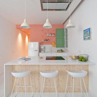 Свежая идея для дизайна: маленькая кухня в стиле фьюжн с белой техникой, полуостровом, белым полом и белой столешницей - отличное фото интерьера