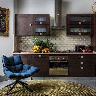 モスクワのコンテンポラリースタイルのおしゃれなI型キッチン (シェーカースタイル扉のキャビネット、濃色木目調キャビネット、ベージュキッチンパネル、サブウェイタイルのキッチンパネル、シルバーの調理設備、ピンクのキッチンカウンター) の写真