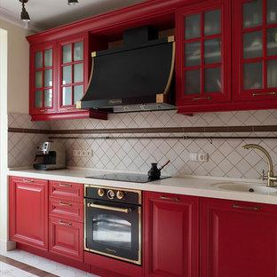 Einzeilige Moderne Küche ohne Insel mit integriertem Waschbecken, profilierten Schrankfronten, roten Schränken, Küchenrückwand in Beige, bunten Elektrogeräten, weißem Boden und weißer Arbeitsplatte in Moskau