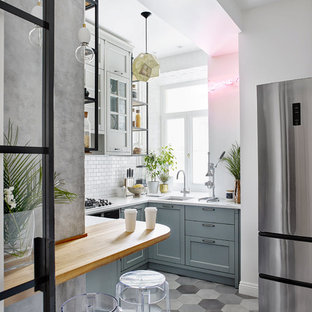 Свежая идея для дизайна: отдельная, п-образная кухня в скандинавском стиле с врезной раковиной, фасадами в стиле шейкер, белым фартуком и черной техникой без острова - отличное фото интерьера