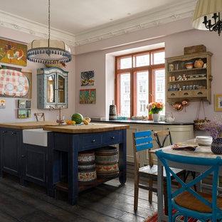 Неиссякаемый источник вдохновения для домашнего уюта: кухня в стиле фьюжн с обеденным столом, островом, раковиной в стиле кантри, столешницей из дерева, темным паркетным полом и коричневым полом