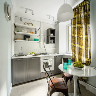Идея дизайна: линейная кухня в скандинавском стиле с серыми фасадами, белым фартуком и белой техникой без острова