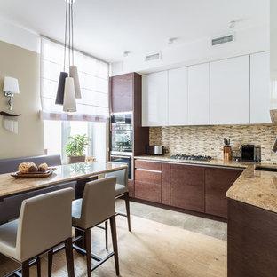 Удачное сочетание для дизайна помещения: угловая кухня в современном стиле с обеденным столом, врезной раковиной, плоскими фасадами, бежевым фартуком, фартуком из удлиненной плитки, техникой из нержавеющей стали и полуостровом - самое интересное для вас