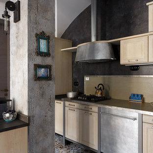 Immagine di una cucina lineare eclettica con ante in legno chiaro, paraspruzzi beige, elettrodomestici in acciaio inossidabile e nessuna isola