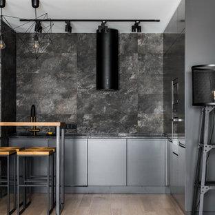 Пример оригинального дизайна: маленькая п-образная кухня в современном стиле с плоскими фасадами, серыми фасадами, серым фартуком, техникой под мебельный фасад, бежевым полом и серой столешницей без острова