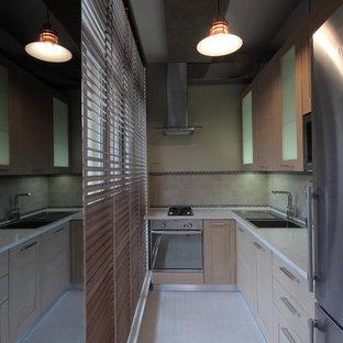 モスクワの小さいインダストリアルスタイルのおしゃれなキッチン (アンダーカウンターシンク、シェーカースタイル扉のキャビネット、ベージュのキャビネット、人工大理石カウンター、マルチカラーのキッチンパネル、大理石の床、シルバーの調理設備の、磁器タイルの床、アイランドなし、ベージュの床、白いキッチンカウンター) の写真