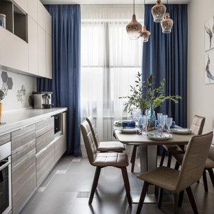 Свежая идея для дизайна: линейная кухня в скандинавском стиле с плоскими фасадами, техникой из нержавеющей стали, серым полом и белой столешницей - отличное фото интерьера