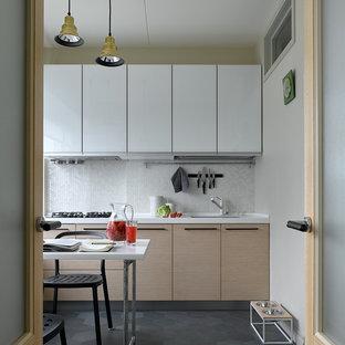 Идея дизайна: отдельная кухня в стиле модернизм с врезной раковиной, плоскими фасадами, белыми фасадами, белым фартуком, фартуком из плитки мозаики, серым полом и белой столешницей без острова