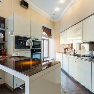 Пример оригинального дизайна: угловая кухня в современном стиле с врезной раковиной, плоскими фасадами, бежевыми фасадами, коричневым фартуком, черной техникой, полуостровом, коричневым полом и коричневой столешницей