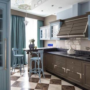 Idee per una cucina lineare classica con lavello sottopiano, ante con bugna sagomata, ante marroni e paraspruzzi beige