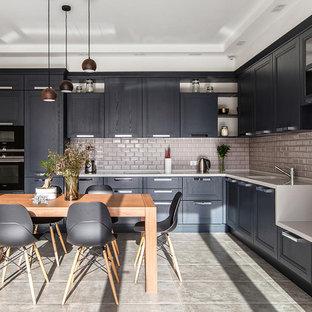 Пример оригинального дизайна интерьера: угловая кухня в современном стиле с фасадами с утопленной филенкой, черными фасадами, бежевым фартуком, фартуком из плитки кабанчик, техникой из нержавеющей стали и серым полом без острова