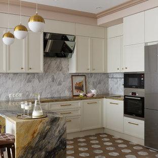 Неиссякаемый источник вдохновения для домашнего уюта: п-образная кухня среднего размера в классическом стиле с обеденным столом, врезной раковиной, фасадами с утопленной филенкой, столешницей из кварцита, серым фартуком, фартуком из керамогранитной плитки, техникой из нержавеющей стали, полом из керамогранита, полуостровом, коричневым полом, коричневой столешницей и белыми фасадами