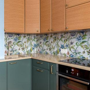 Пример оригинального дизайна: отдельная, угловая кухня среднего размера в современном стиле с врезной раковиной, плоскими фасадами, зелеными фасадами, столешницей из кварцита, фартуком из стеклянной плитки, техникой из нержавеющей стали, деревянным полом, разноцветным фартуком, бежевой столешницей и коричневым полом без острова