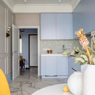 Идея дизайна: маленькая угловая кухня в современном стиле с обеденным столом, плоскими фасадами, синими фасадами, столешницей из ламината, фартуком из плитки мозаики, белым полом, серой столешницей и фартуком цвета металлик без острова