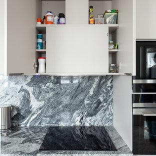 Exempel på ett mellanstort modernt grå linjärt grått kök och matrum, med en undermonterad diskho, släta luckor, beige skåp, bänkskiva i kvarts, grått stänkskydd, stänkskydd i sten, svarta vitvaror, marmorgolv och grått golv