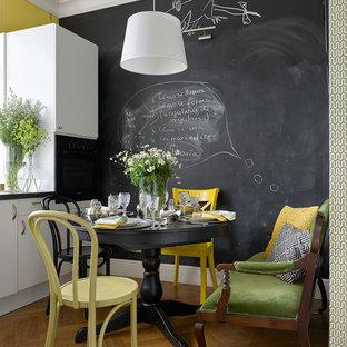 На фото: маленькие кухни в стиле фьюжн с плоскими фасадами, белыми фасадами, черной техникой, паркетным полом среднего тона и коричневым полом