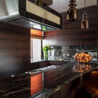 Свежая идея для дизайна: кухня-гостиная среднего размера в современном стиле с мраморной столешницей, плоскими фасадами, темными деревянными фасадами, черным фартуком, фартуком из мрамора и островом - отличное фото интерьера