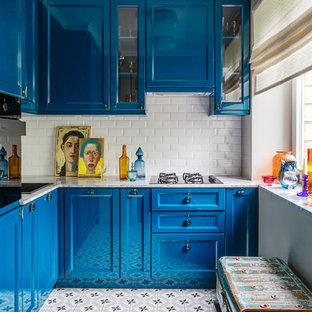 Стильный дизайн: отдельная, угловая кухня в современном стиле с накладной раковиной, фасадами в стиле шейкер, синими фасадами, белым фартуком, фартуком из плитки кабанчик и черной техникой без острова - последний тренд