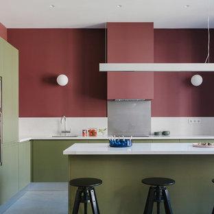 Стильный дизайн: угловая кухня в современном стиле с врезной раковиной, плоскими фасадами, зелеными фасадами, белым фартуком, техникой из нержавеющей стали, островом и белой столешницей - последний тренд