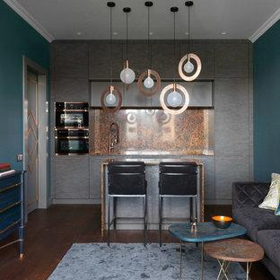 Esempio di una cucina minimal con ante lisce, ante grigie, paraspruzzi arancione, elettrodomestici neri, parquet scuro, isola, pavimento marrone, top in quarzite, top arancione e lavello sottopiano