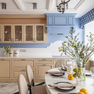 Стильный дизайн: кухня в стиле современная классика с обеденным столом, фасадами с выступающей филенкой, бежевыми фасадами, белым фартуком, бежевым полом и белой столешницей - последний тренд